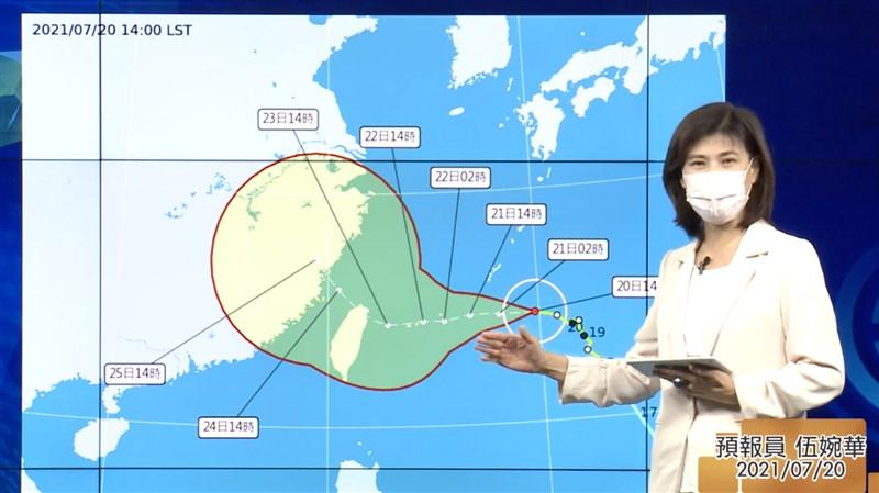 中央氣象局預報員伍婉華20日表示,目前輕颱烟花位置在台灣東方約840公里的海面上,往偏西的方向移動,下半天有機會增強為中颱,預估21日清晨到上午可能發布海上颱風警報。(圖取自CWB氣象局YouTube頻道網頁youtube.com)