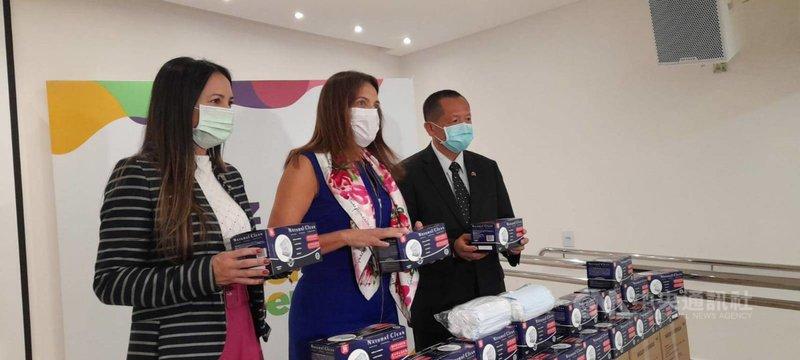 駐巴西代表張崇哲(右)與戈亞斯州長夫人賈欣雅(Gracinha Caiado,中)16日共同主持15萬口罩捐贈儀式。(駐巴西代表處提供)中央社記者唐雅陵聖保羅傳真 110年07月20日