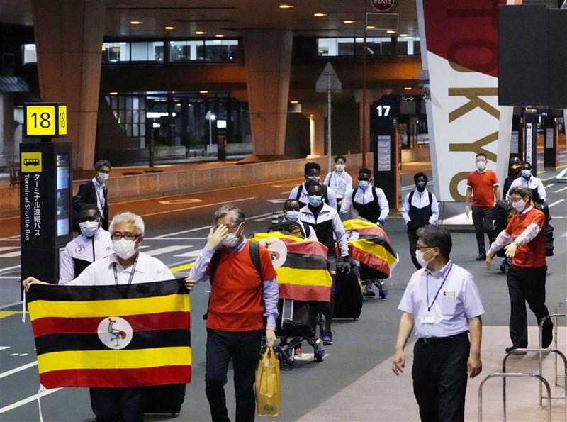 為參加東京奧運事前集訓抵達日本的烏干達代表團,其中一名舉重選手16日突然在下榻處失聯,經過4天搜尋,日本警方在三重縣找到他。圖為烏干達代表團15日下機前往訓練地。(共同社)
