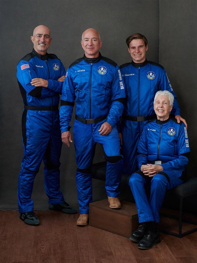 全球首富貝佐斯(左2)20日將透過自家藍源公司的新謝波德號火箭發射系統升空,與其他3名乘客一同來趟締造歷史的太空之旅。(圖取自twitter.com/blueorigin)