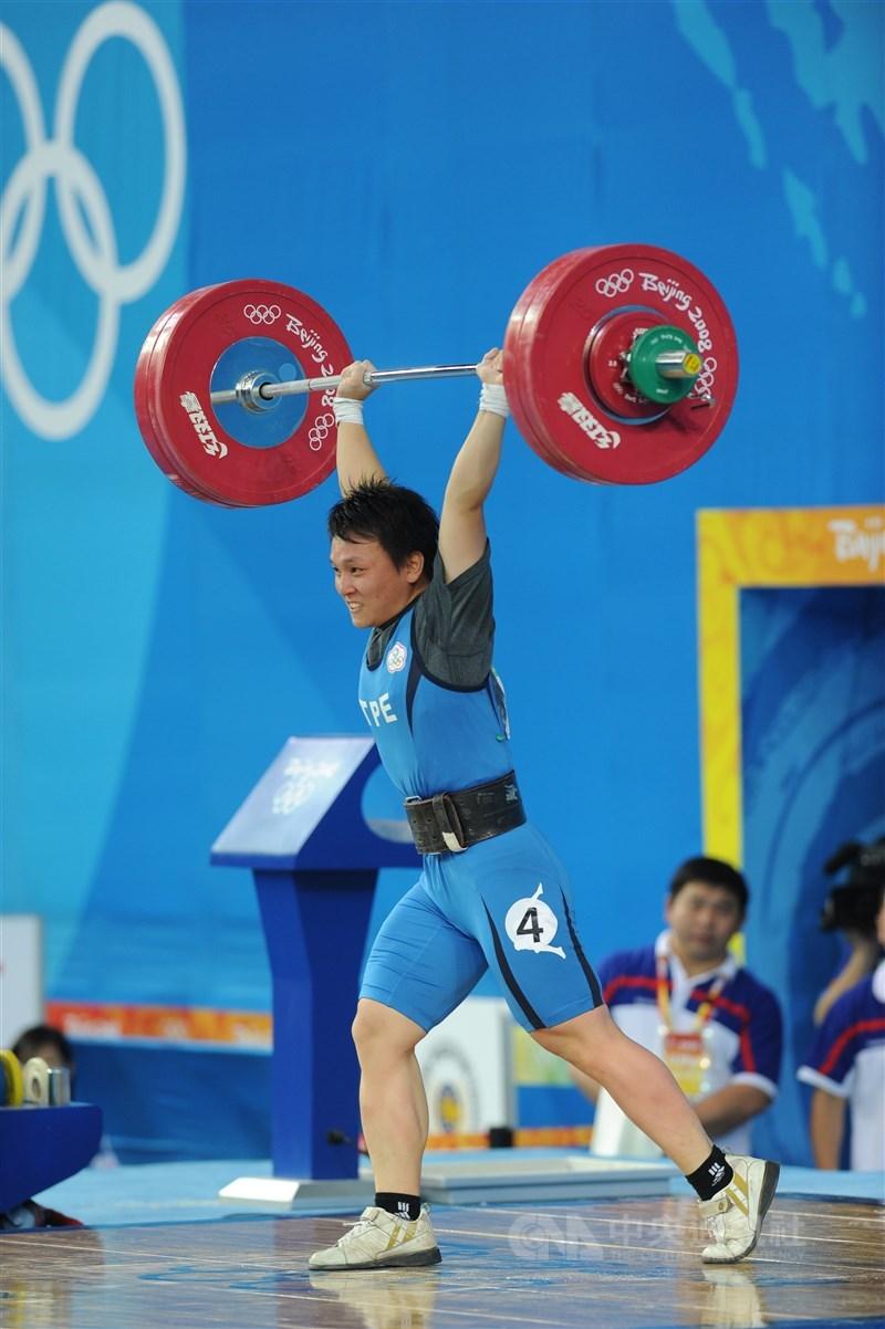 盧映錡在2008年北京奧運女子舉重63公斤量級,以抓舉104公斤、挺舉127公斤、總計231公斤的成績收下銅牌,因銀牌得主後來藥檢未過,盧映錡獲遞補銀牌。(中央社檔案照片)