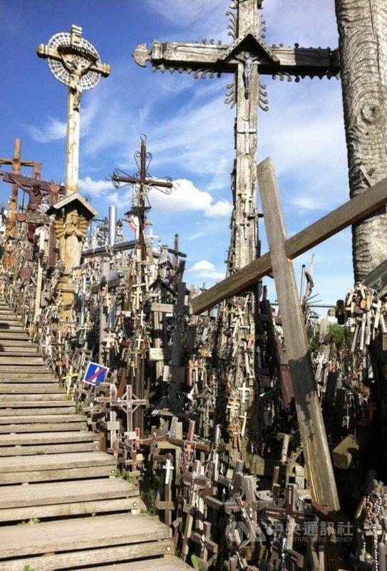 位於立陶宛北部城市希奧利艾(Siauliai)外的十字架山,上有逾10萬隻十字架、雕像及許多宗教符號,象徵立陶宛反俄起義後追求自由的堅定意志。中央社記者鍾佑貞攝  110年7月20日