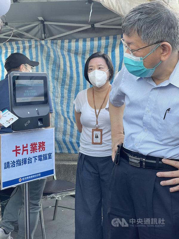 台北市市場處表示,台北通數位通行證結合記名式悠遊卡刷卡20日起正式啟用,台北市長柯文哲(右)清晨也到場視察,執行狀況大致順利。(台北市市場處提供)中央社記者黃麗芸傳真  110年7月20日