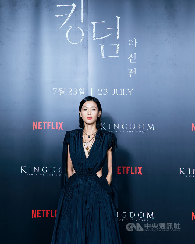 韓國女星全智賢自2016年出演影集「藍色海洋的傳說」後,睽違5年終於再接演「屍戰朝鮮:雅信傳」,她飾演手握生死草之密,將朝鮮推向悲劇的「雅信」。(Netflix提供)中央社記者葉冠吟提供  110年7月20日