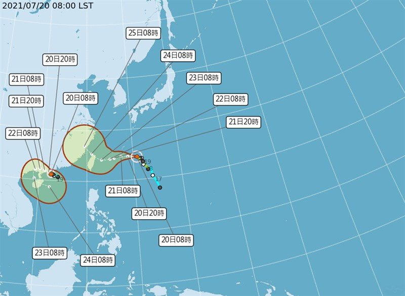 氣象局表示,颱風查帕卡(左颱風路徑)20日上午8時增強為中度颱風,未來會向北緩慢移動。(圖取自中央氣象局網頁cwb.gov.tw)