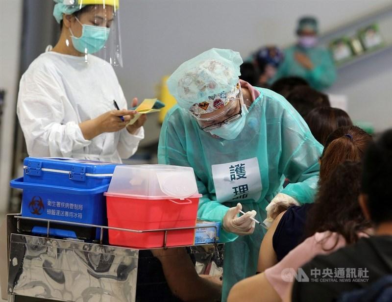 颱風烟花預估22日至23日最接近台灣,疫情指揮中心指揮官陳時中20日說,若遇颱風假,COVID-19疫苗施打站將暫停。(中央社檔案照片)
