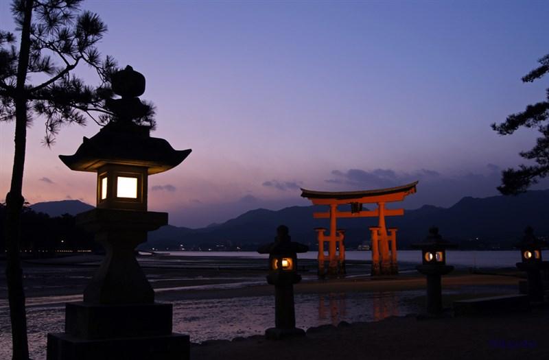 以海上鳥居聞名的日本宮島嚴島神社欲開徵「宮島訪問稅」,預計2023年春天從船票向遊客收取100日圓。(圖取自維基共享資源;作者東京太郎 ,CC BY-SA 3.0)