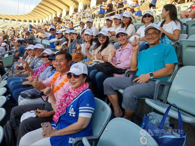 HELLO TAIWAN從美東紐約跨區到美西加州洛杉磯共同舉辦體育活動,參與台僑戴著HELLO TAIWAN的帽子,在活動中分享與介紹台灣人的力量。(洛杉磯台美商會提供)中央社記者周世惠舊金山傳真 110年7月21日