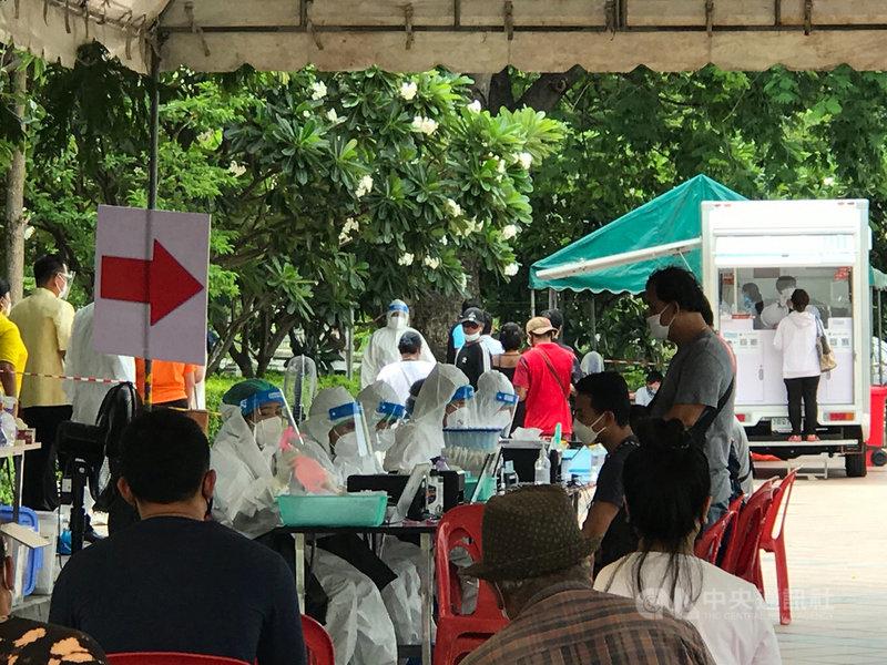 泰國21日新增1萬3002人確診,再度創下單日新增紀錄,民航局限制商業航班從曼谷以及周邊府起降,減少民眾跨府移動。圖為曼谷一處檢測站排滿民眾。中央社記者呂欣憓曼谷攝 110年7月21日