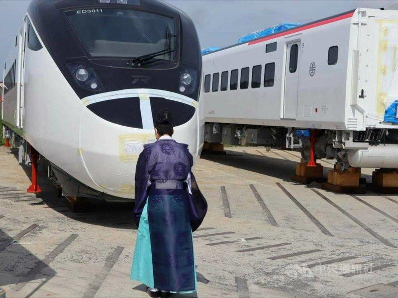 台鐵新城際列車EMU3000共有50列,首列將於30日抵達台灣,製造廠日本日立製作所21日在日本山口縣下松市舉行啟運前「安全祈願」儀式。(台鐵提供)中央社記者汪淑芬傳真  110年7月21日