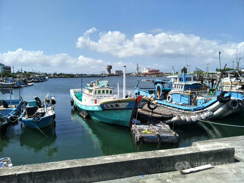 颱風「烟花」海上警報雖尚未發布,但雲林地區有漁民超前部署,先把船筏開回漁港,以繩索固定在岸邊,並與周邊船筏串綁在一起,以免船隻遇強風互相撞擊而受損。中央社記者姜宜菁攝  110年7月21日