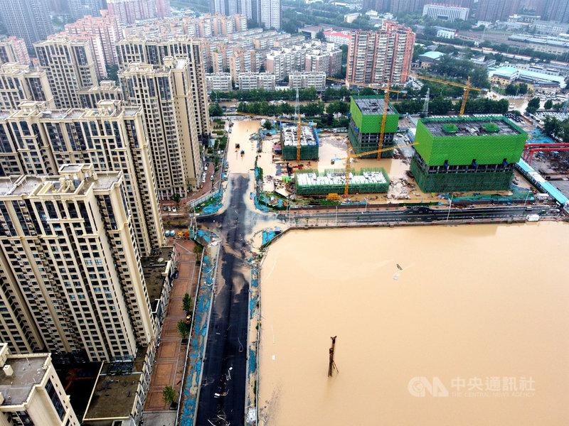 中國河南省鄭州市20日曾經一小時降下201.9毫米雨量,打破中國大陸紀錄,且仍持續降雨。圖為鄭州市區21日仍陷入一片汪洋。(中新社提供)中央社 110年7月21日