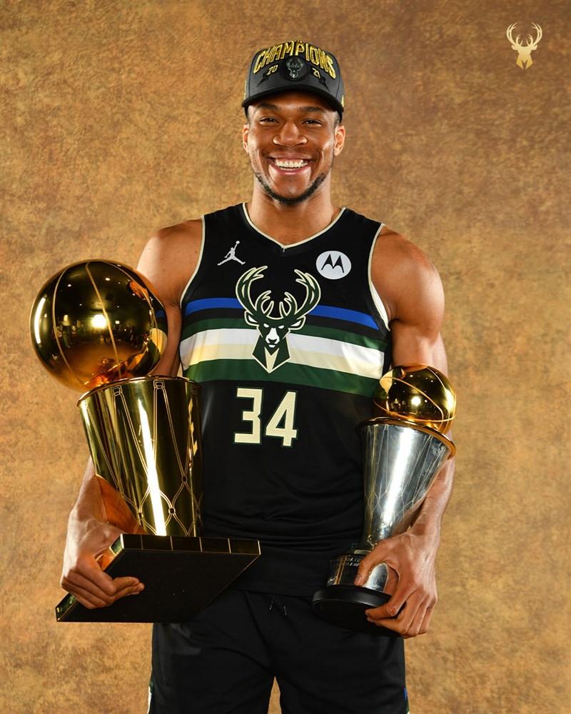 公鹿一哥安特托昆博從擺地攤為生,到踏上美國職籃NBA舞台,兩度獲得年度MVP榮耀的他,在NBA第8個球季,終於拿到生涯首座冠軍。(圖取自twitter.com/Bucks)