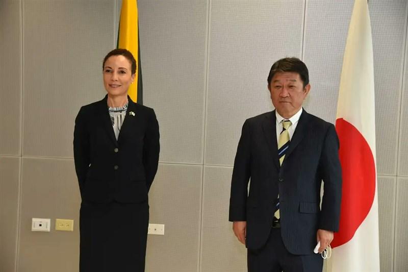 日本外務大臣茂木敏充(右)21日與牙買加外交部長卡米娜.史密斯(Kamina J. Smith)會面。(圖取自twitter.com/mfaftja)