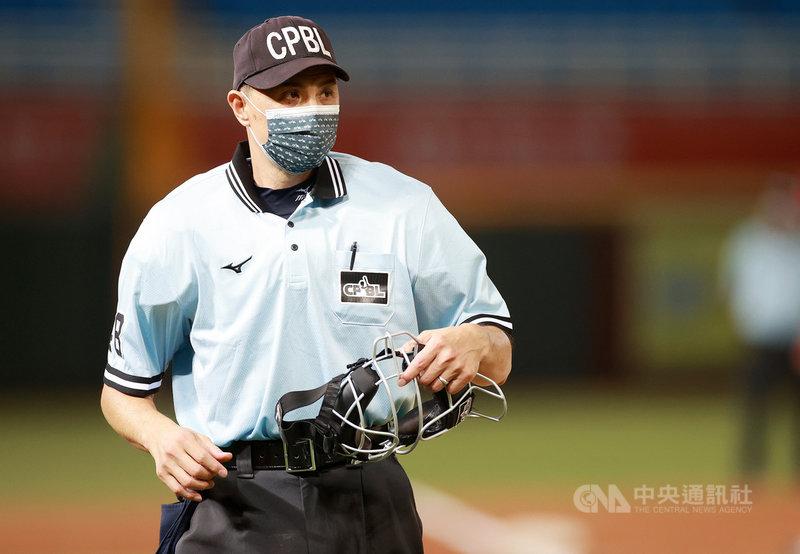 現年52歲的紀華文為中華職棒資深裁判,更獲邀擔任即將開打的東京奧運棒球賽裁判,成為中職首名在奧運執法裁判。紀華文21日表示,感到很榮幸,相信會是一段非常值得回味的旅程。(中華職棒提供)中央社記者黃巧雯傳真  110年7月21日
