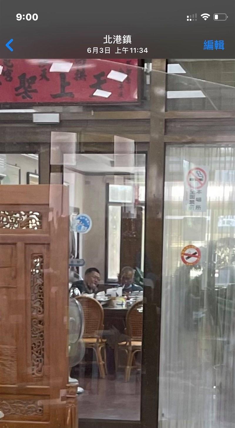 雲縣北港鎮公所蔡姓替代役上月看見多名里長在鎮公所主任秘書室內脫口罩抽菸,拍照檢舉,卻遭公所以行為脫序等理由向縣府提記過處分。(圖取自蔡姓替代役臉書facebook.com)