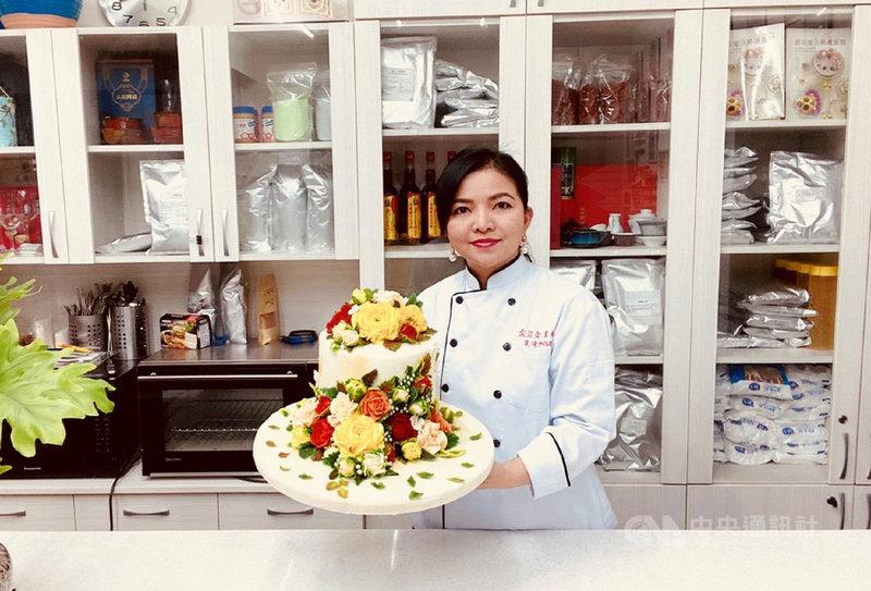 新北市社會局表示,越南新住民卞柔勻(圖)開設烘焙教室教導婆婆媽媽學習甜點製作,並參加2021比利時觀光美食節國際大賽線上比賽,連她在內共16人拿下18面金牌,成績亮眼。(新北市社會局提供)中央社記者王鴻國傳真  110年7月21日