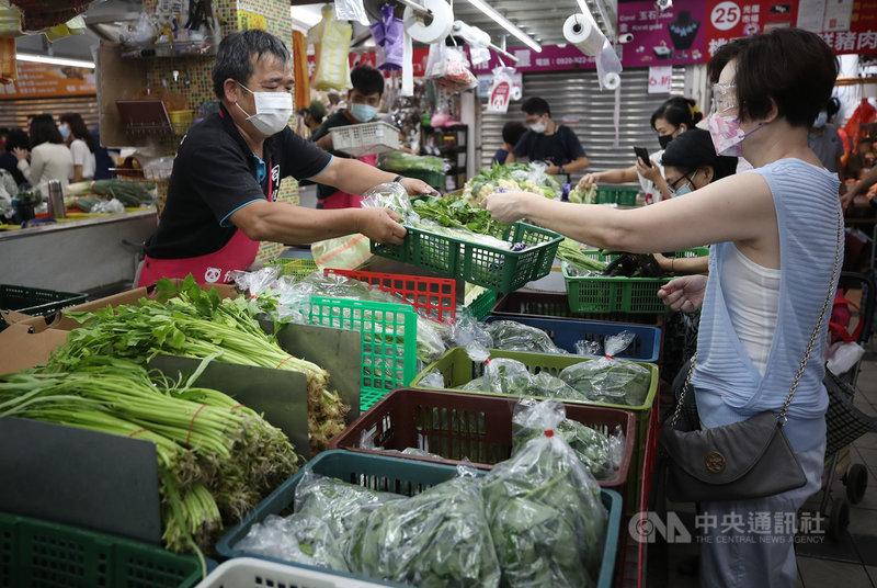 台北果菜批發市場21日整體蔬菜交易均價每公斤新台幣40元,持續走高;反彈上漲是因為烟花颱風來前的市場預期心理所致,估計颱風過後交易均價就會逐漸回穩。圖為21日民眾上市場採買。中央社記者張新偉攝 110年7月21日