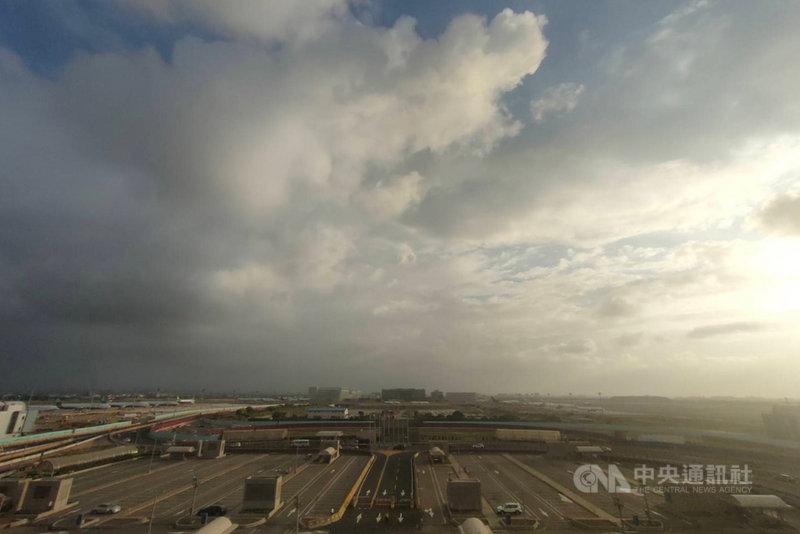 隨颱風烟花逼近,台灣各地天氣開始受影響,桃園國際機場從21日下午起就出現間歇性降雨,風雨到晚間更加明顯。圖為午後桃園機場一帶天空雲層明顯增多變厚。中央社記者吳睿騏桃園機場攝  110年7月21日