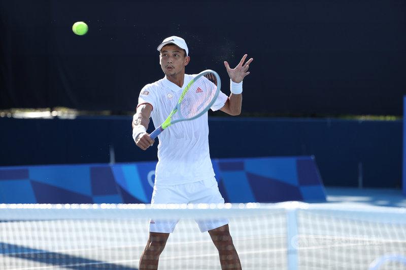 盧彥勳25日在東京奧運網球男單首輪吞敗止步,20年職業網球生涯最終戰。圖為盧彥勳21日練習畫面。(中央社檔案照片)