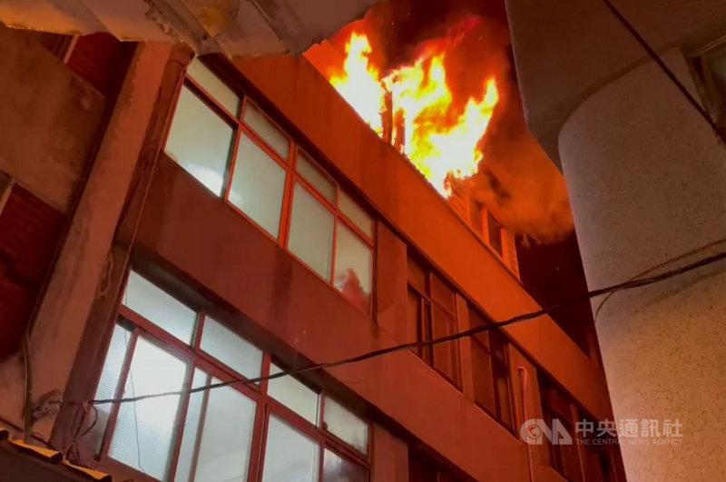 澎湖縣消防局21日晚間獲報,位於馬公市中心光明路段的重光市場內一處4層樓透天店鋪發生火警,由於風勢很大,火勢一發不可收拾,所幸未有人員傷亡,火勢在近半小時後獲得控制。中央社  110年7月21日