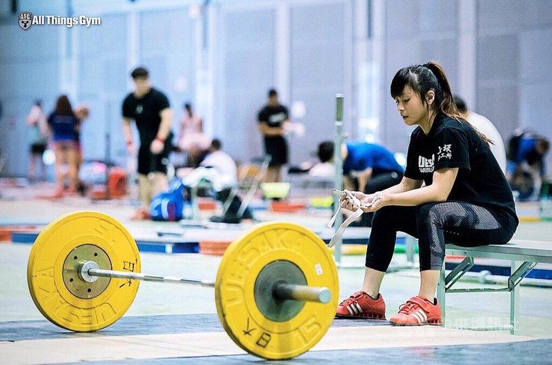 台灣世界展望會表示,21歲舉重好手方莞靈(右)來自嘉義阿里山,自小由媽媽獨自扶養,家境貧困,後來透過老師連結台灣世界展望會,才稍稍緩解家庭經濟壓力,也讓當時剛加入舉重隊的方莞靈,能夠專心學習與練習,如今方莞靈成功前進東京奧運,將為台爭光。(世界展望會提供)中央社記者吳欣紜傳真  110年7月21日