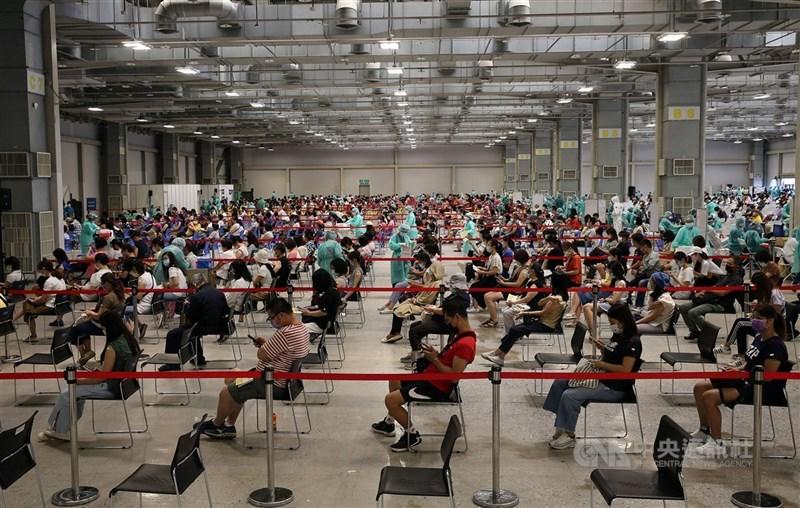 指揮中心發言人莊人祥21日公布,全台目前施打疫苗累計超過567萬人次,接種人口涵蓋率達23.5%,圖為台北市花博大型接種站施打疫苗狀況。中央社記者郭日曉攝 110年7月20日