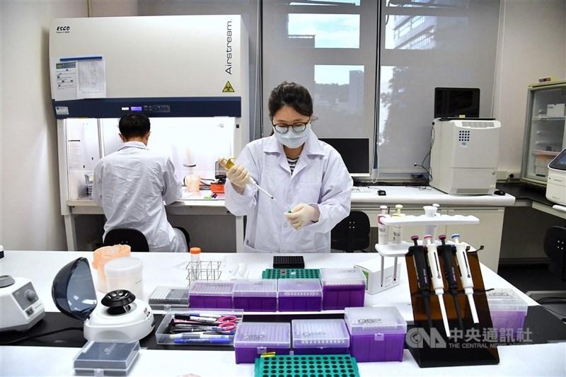 高端疫苗取得EUA的審議資料保密引起質疑,疫情中心指揮官陳時中21日說,預計2週內公布。圖為高端疫苗研究室。(中央社檔案照片)