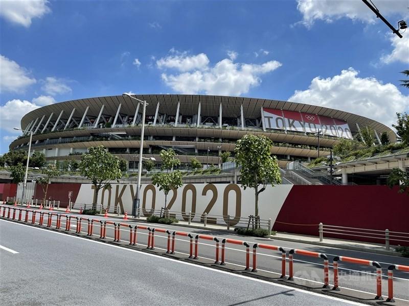 東京奧運進入開幕倒數,但日本全國新增病例數是前一週1.53倍,專家認為日本已進入第5波疫情。圖為19日起主場館國立競技場(圖)周邊擴大管制。(中央社檔案照片)