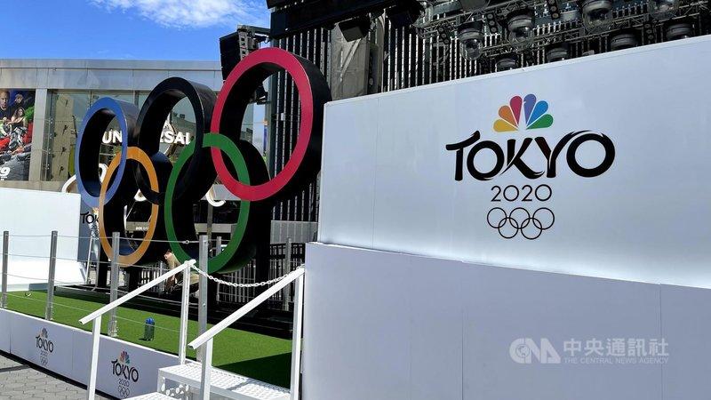 東京奧運7月23日開幕,美國轉播單位NBC在觀光景點設置奧運五環,宣傳賽事。中央社記者林宏翰洛杉磯攝 110年7月21日