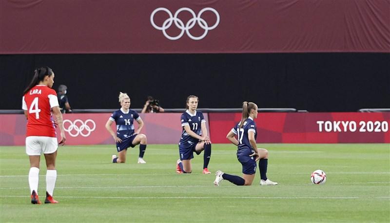 東京奧運英國女子足隊全體隊員21日於首場比賽賽前單膝下跪,凸顯種族歧視問題。(共同社)