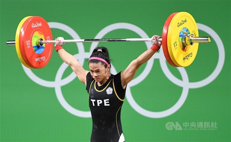 舉重女將許淑淨在2016里約奧運(53公斤級),靠著教練團戰術運用,加上對手自亂陣腳,最後以抓舉100公斤、挺舉112公斤、總和212公斤摘金。(中央社檔案照片)