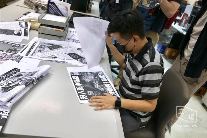 香港多家媒體報導,前蘋果日報執行總編輯林文宗7月21日遭拘捕。圖為6月23日林文宗在香港蘋果日報編輯室改稿。(圖取自立場新聞)
