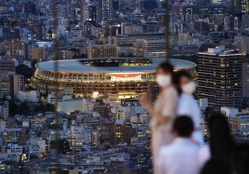 東京奧運將於23日開幕,對於當地COVID-19疫情,東京防疫專家會主任賀來滿夫表示,東京正面臨最大危機。圖為東京民眾在觀景高樓與奧運場館合影。(共同社)