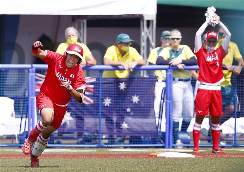 2020東京奧運21日在曾遭災難重創的福島登場,由女子壘球賽事揭開序幕,地主國日本以8比1輕取澳洲。圖左為日本隊3局打出制勝分兩分打點全壘打的内藤實穂。(共同社)