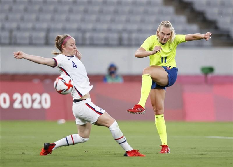 美國女子足球隊21日在東京奧運首戰未開紅盤,大爆冷門以0比3敗給瑞典隊。圖右為瑞典隊一人包辦兩球的布拉克絲坦妮絲。(共同社)