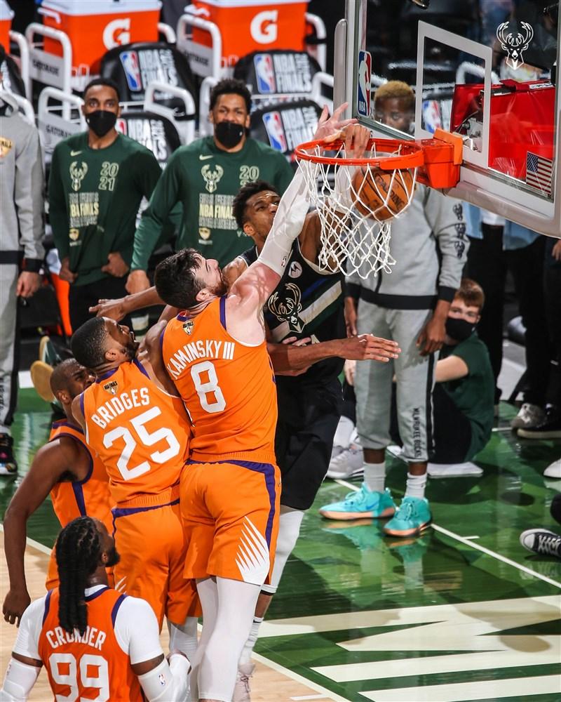 NBA密爾瓦基公鹿球星安特托昆博(黑色球衣者)20日轟下全場最高50分,率公鹿以105比98擊敗太陽,在系列賽以4比2勝出,奪下本季NBA總冠軍。(圖取自twitter.com/Bucks)