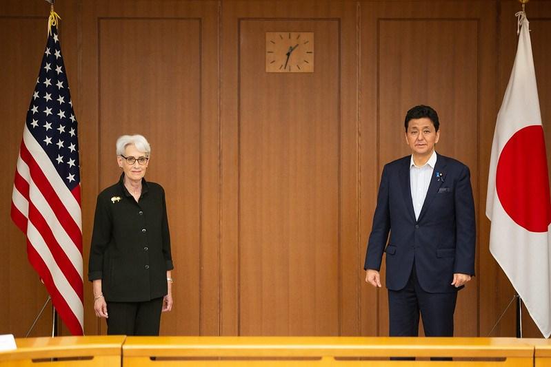 繼美日韓外交高層會議後,美國副國務卿雪蔓(左)21日與日本防衛大臣岸信夫(右)在東京會晤,再次強調台灣海峽和平穩定重要性。(圖取自twitter.com/KishiNobuo)