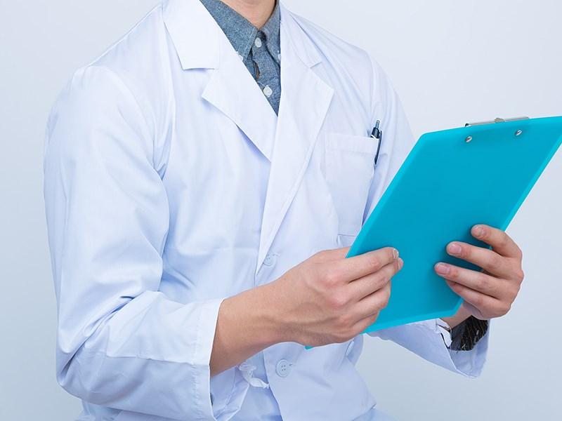 台北市一名確診皮膚科醫師刻意隱瞞足跡及接觸者,指揮中心表示,該醫師並未如外傳己接種第2劑疫苗。(示意圖/圖取自PAKUTASO圖庫)