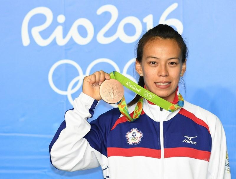 舉重女子59公斤量級世界紀錄保持人郭婞淳手握亞運、亞錦、世錦賽金牌,但她仍維持訓練不放鬆。圖為郭婞淳2016年在里約奧運拿下銅牌。(中央社檔案照片)