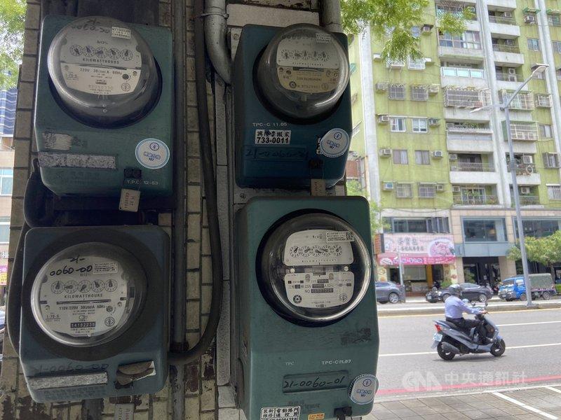 經濟部22日赴行政院會報告「7月暫緩實施住宅夏月電價」,根據經濟部評估後結果,民生用電部分只有單月用電1000度以上用戶,以及超過1000度以外的使用量才會適用夏月電價,其餘住宅用戶將直接取消實施7月夏月電價。中央社記者董俊志攝  110年7月22日