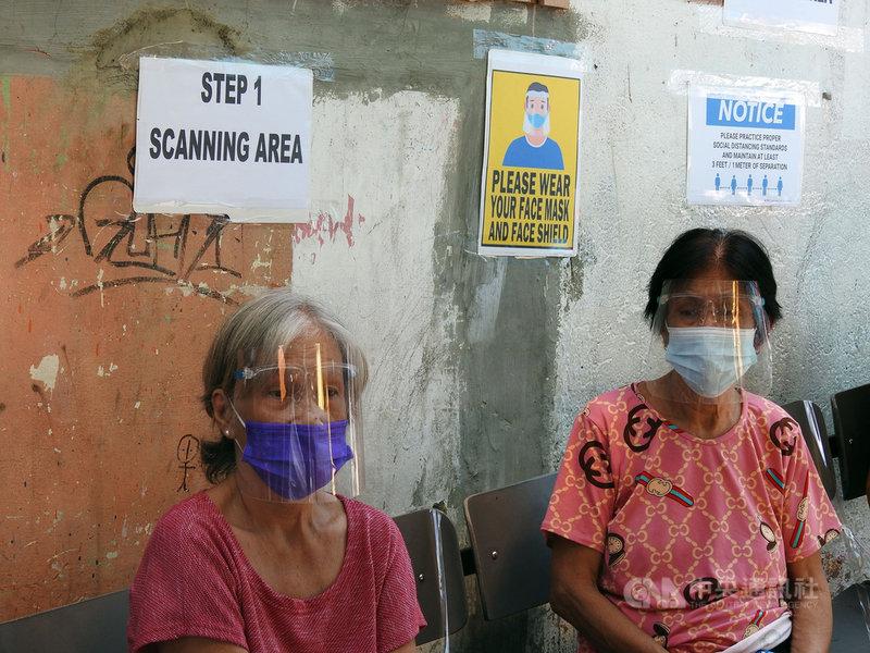 菲律賓22日通報新增12例感染Delta變異株的COVID-19本土病例,累計驗出47例Delta變異株。圖為馬尼拉市民7日在社區健檢活動現場等候接受檢查。中央社記者陳妍君馬尼拉攝 110年7月22日