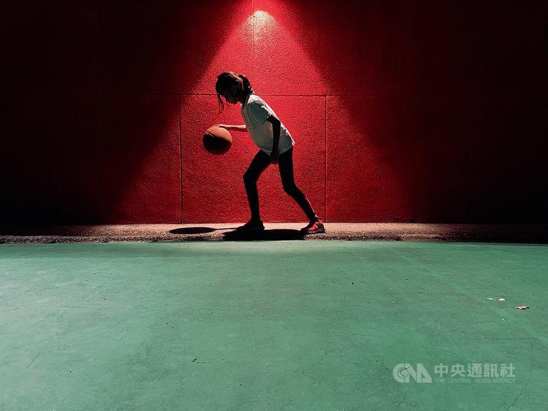 2021年iPhone Photography Awards(IPPA)攝影獎22日公布得獎名單,第一次投稿就獲獎的森爸是來自台灣的使用者經驗設計師,以iPhone 12 Pro拍下8歲女兒打籃球的樣子,在人物組獲得佳作。(蘋果公司提供)中央社記者吳家豪傳真 110年7月22日