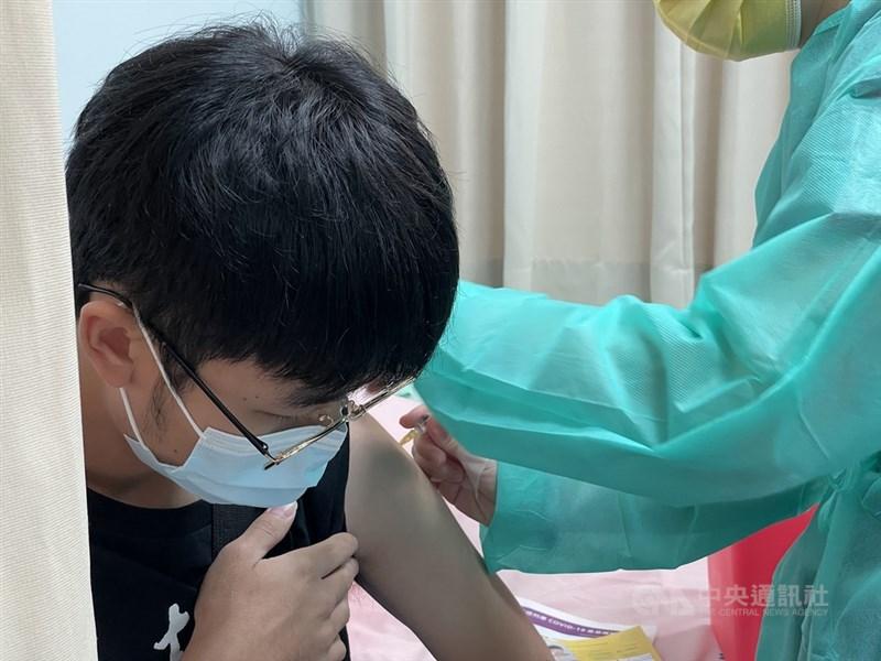 疫情指揮中心22日宣布,基層診所協助COVID-19疫苗接種,行政費將從40元調升至100元,施打逾500人次可領1.5萬元以上獎勵費。(中央社檔案照片)