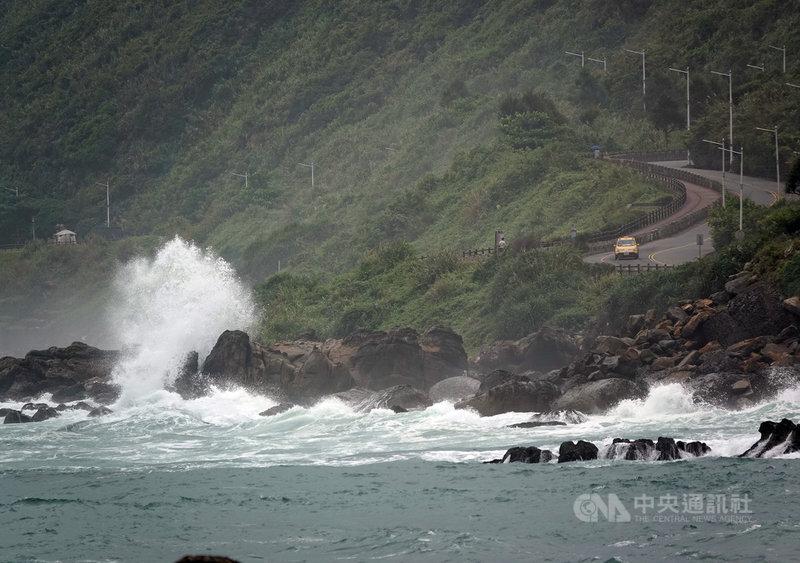 颱風烟花逼近台灣,交通部公路總局22日表示,台2線(濱海公路)等7公路段將視風雨狀況,可能實施管制。中央社記者鄭傑文攝  110年7月22日