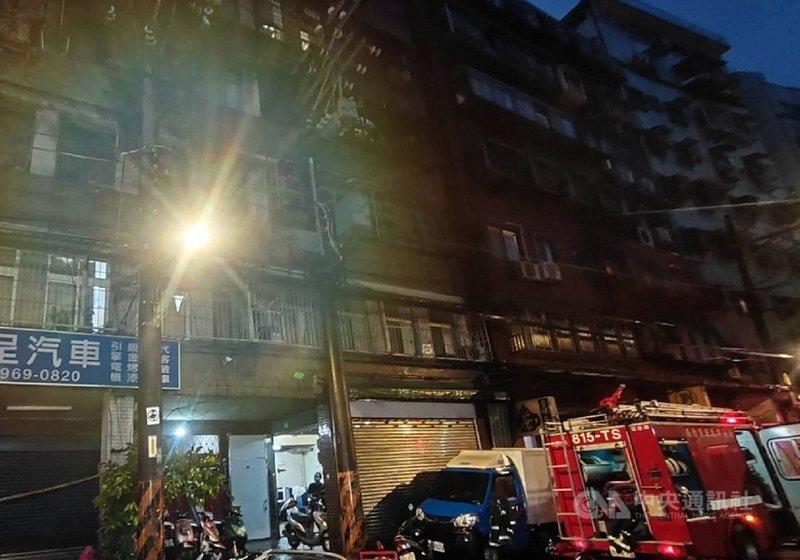 新北市板橋區南雅西路二段某計程車行的員工宿舍半夜火警,經搶救仍造成3死1重傷3輕傷,確實起火原因仍待調查釐清。(警消提供)中央社記者王鴻國傳真 110年7月22日