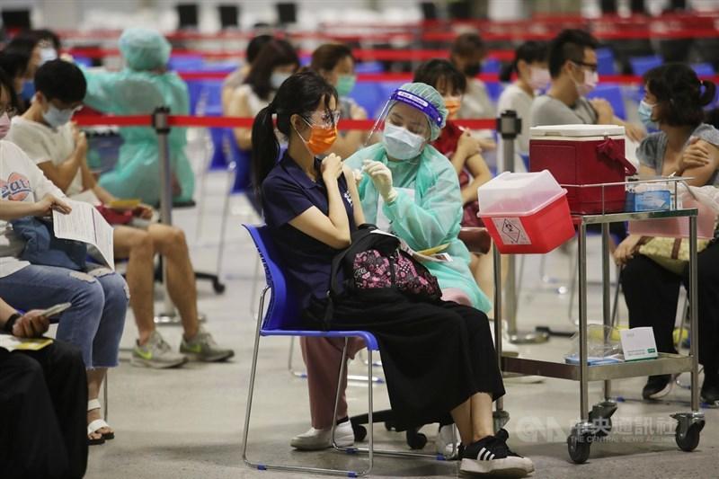 颱風烟花逼近台灣,影響民眾疫苗施打時程。圖為21日花博大型接種站疫苗施打情形。(中央社檔案照片)
