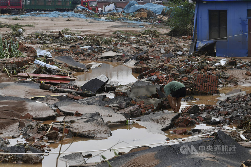 河南暴雨已造成33人死亡、8人失蹤,有超過300萬人受災。圖為河南鞏義市米河鎮,路面被水沖毀的樣子。(中新社提供)中央社 110年7月22日