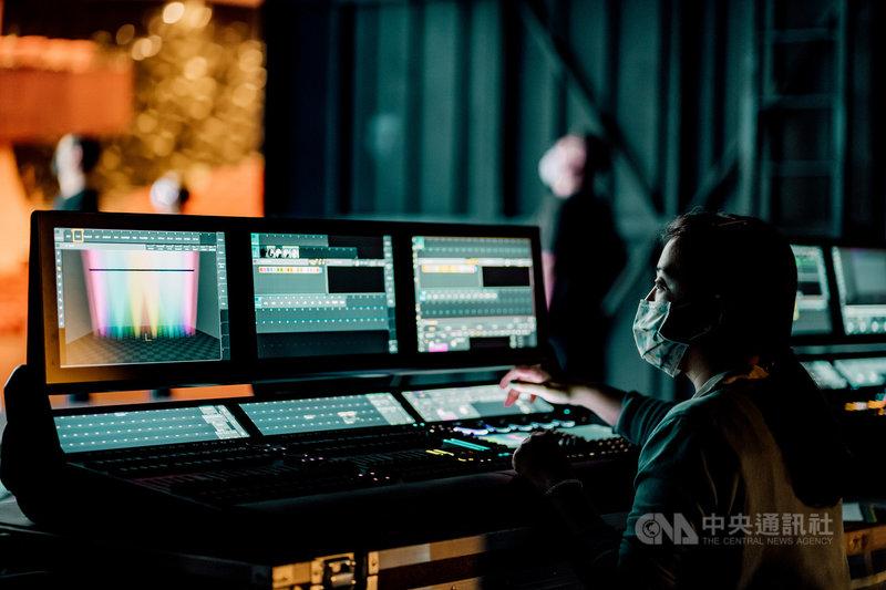 疫情衝擊,台中國家歌劇院為留住劇場幕後人才,推出「NTT數位學苑」加開技術劇場專業人才「技術online研究班」課程,盼黑衣夥伴們在疫情期間安心學習,一方面分享經驗,也能拓展有關科技藝術劇場的美學涵養。(台中國家歌劇院提供)中央社記者趙靜瑜傳真  110年7月22日