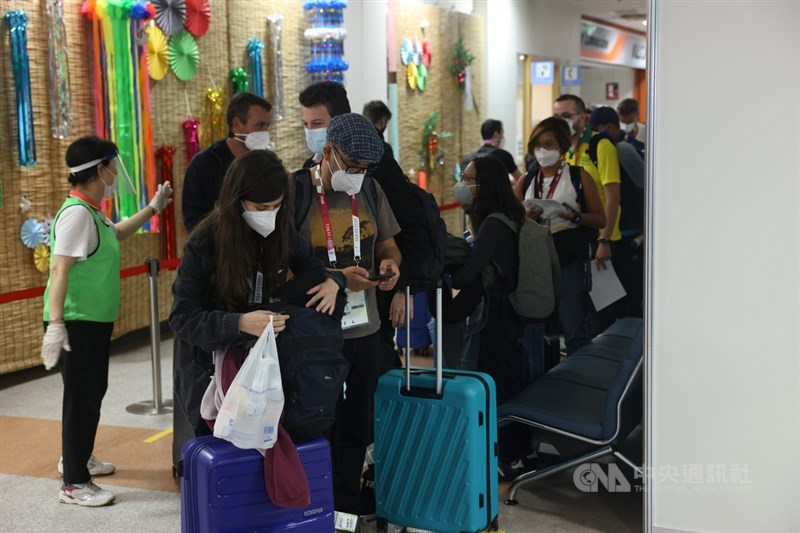 東京奧運即將開幕,各國代表隊、媒體陸續抵達東京,根據防疫規定,媒體入境後14天不能搭乘大眾運輸工具,機場備有接駁巴士,載到媒體轉運站後,由大會指定計程車1人1車載至指定入住飯店。圖為媒體相關人員等待接駁計程車。中央社記者吳家昇攝 110年7月21日